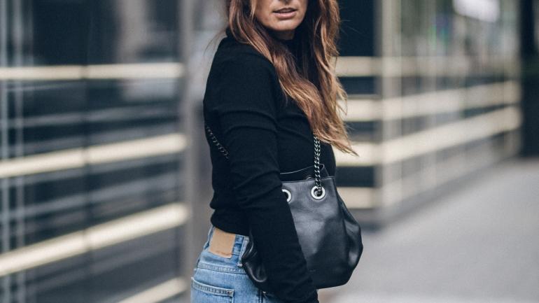 OUTFIT   FASHION   Adidas EQT, MOM Jeans & Black Shirt