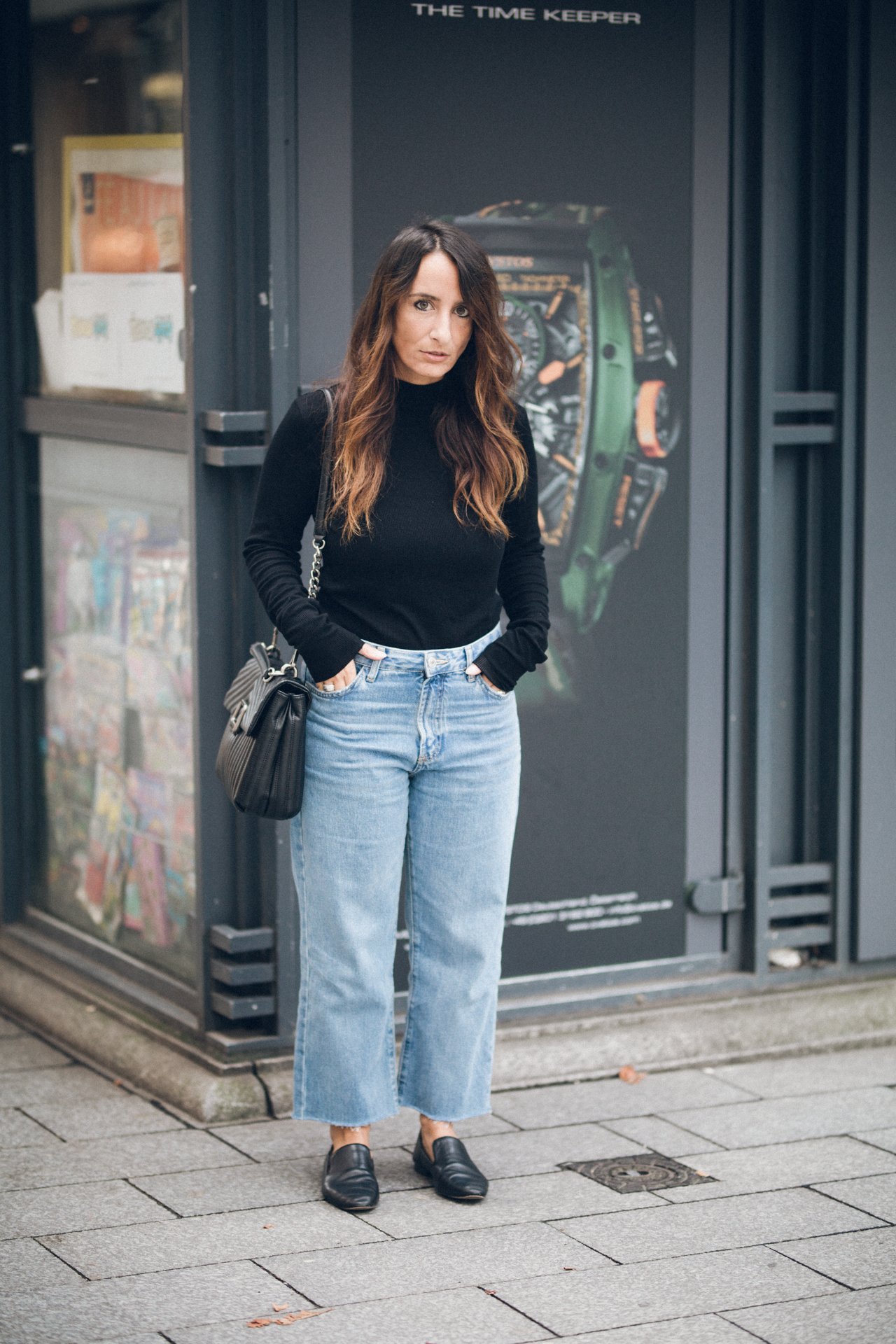 OUTFIT | Mom Jeans, Black Shirt, Loafer & Shoulder Bag