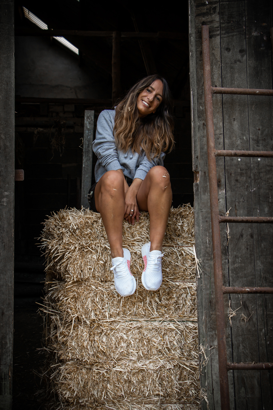 Oktoberfest Outfit – Lederhose mit Hoodie und Sneaker