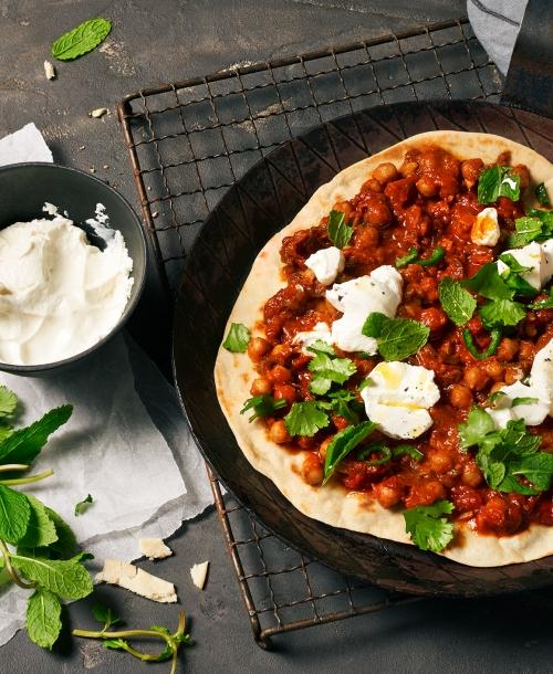 FOOD | Rezept – Pfannenpizza Shakshuka-Style mit Minz-Joghurt