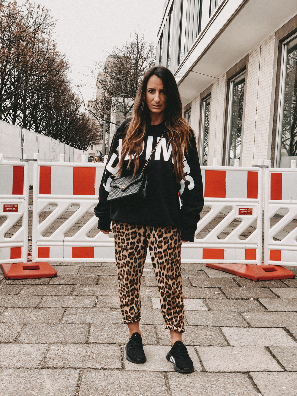 Leo Trackpants x Sweater x Adidas Sneaker – Fashion Week Berlin