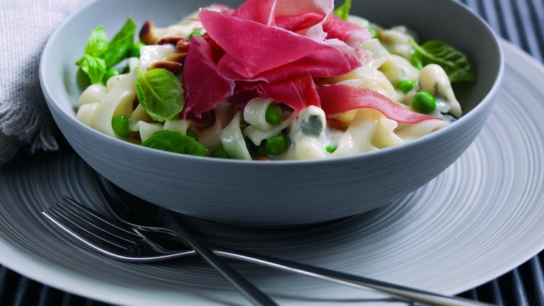 Tagliatelle in Käsesauce mit Parmaschinken und Erbsen