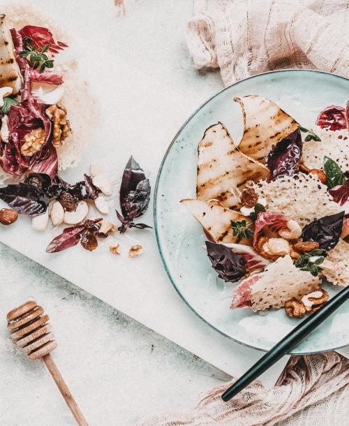 Parmesan CHIPS MIT GEGRILLTEN BIRNEN, RADICCHIO, NÜSSEN UND HONIG