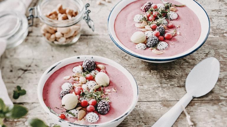 Drachenfrucht-Smoothie-Bowl mit Beeren