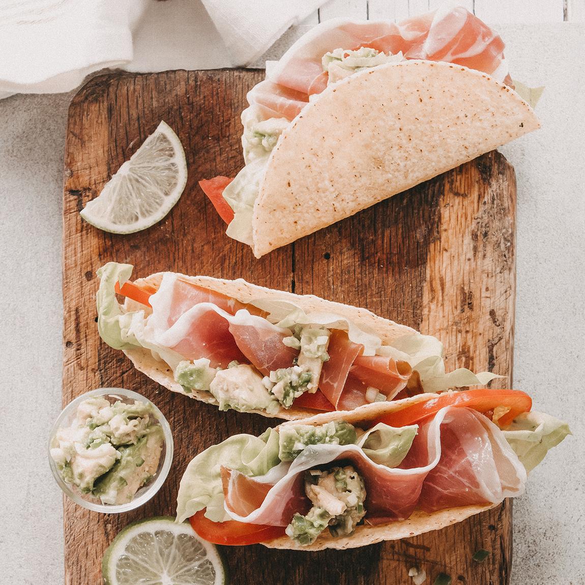Tacos mit Guacamole und Parmaschinken