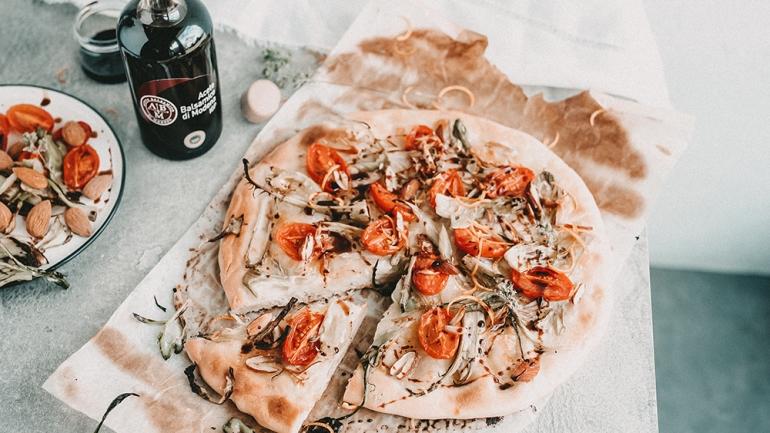 Pizza mit Tomaten, Puntarelle, Mandeln und Orangen