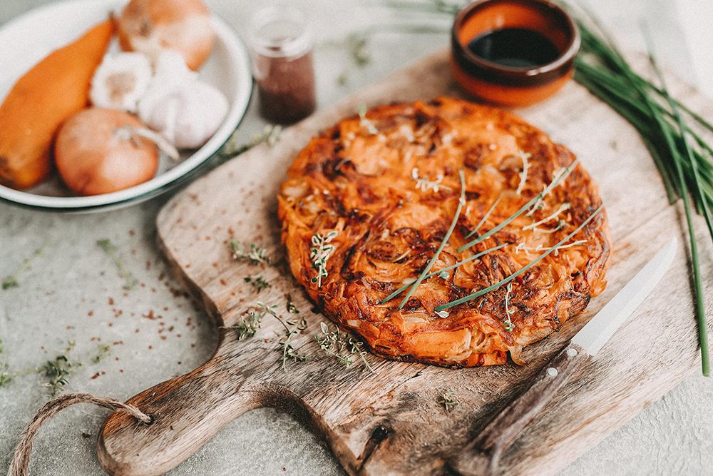 Süßkartoffel, Zwiebel und Emmentaler Tortilla mit Balsamessig aus Modena