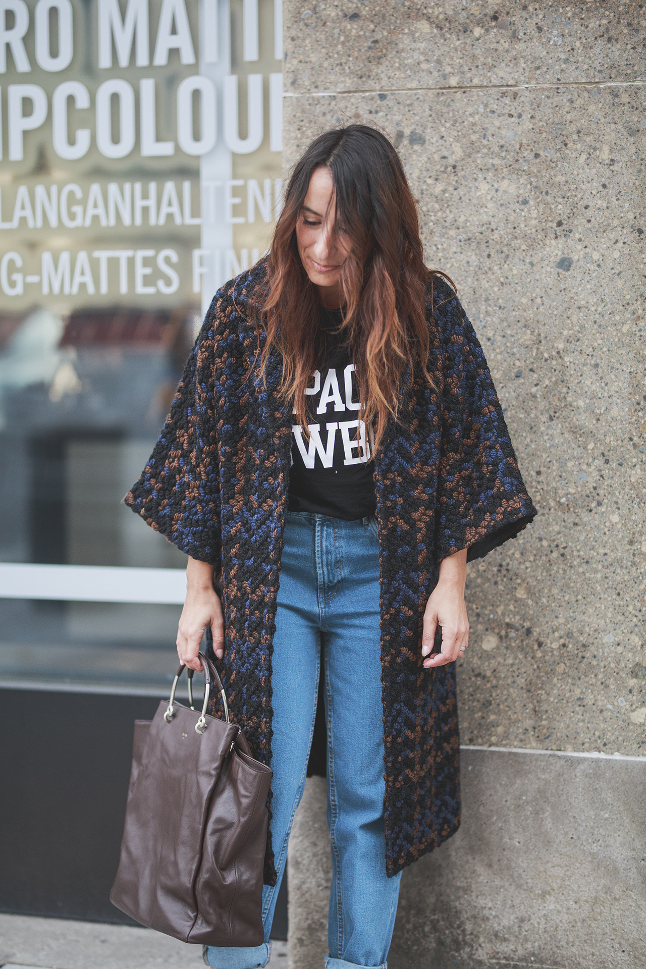 OUTFIT | STREETSTYLE Poncho COAT KALA Fashion Berlin, MOM Jeans, Ganni Shirt & Mules