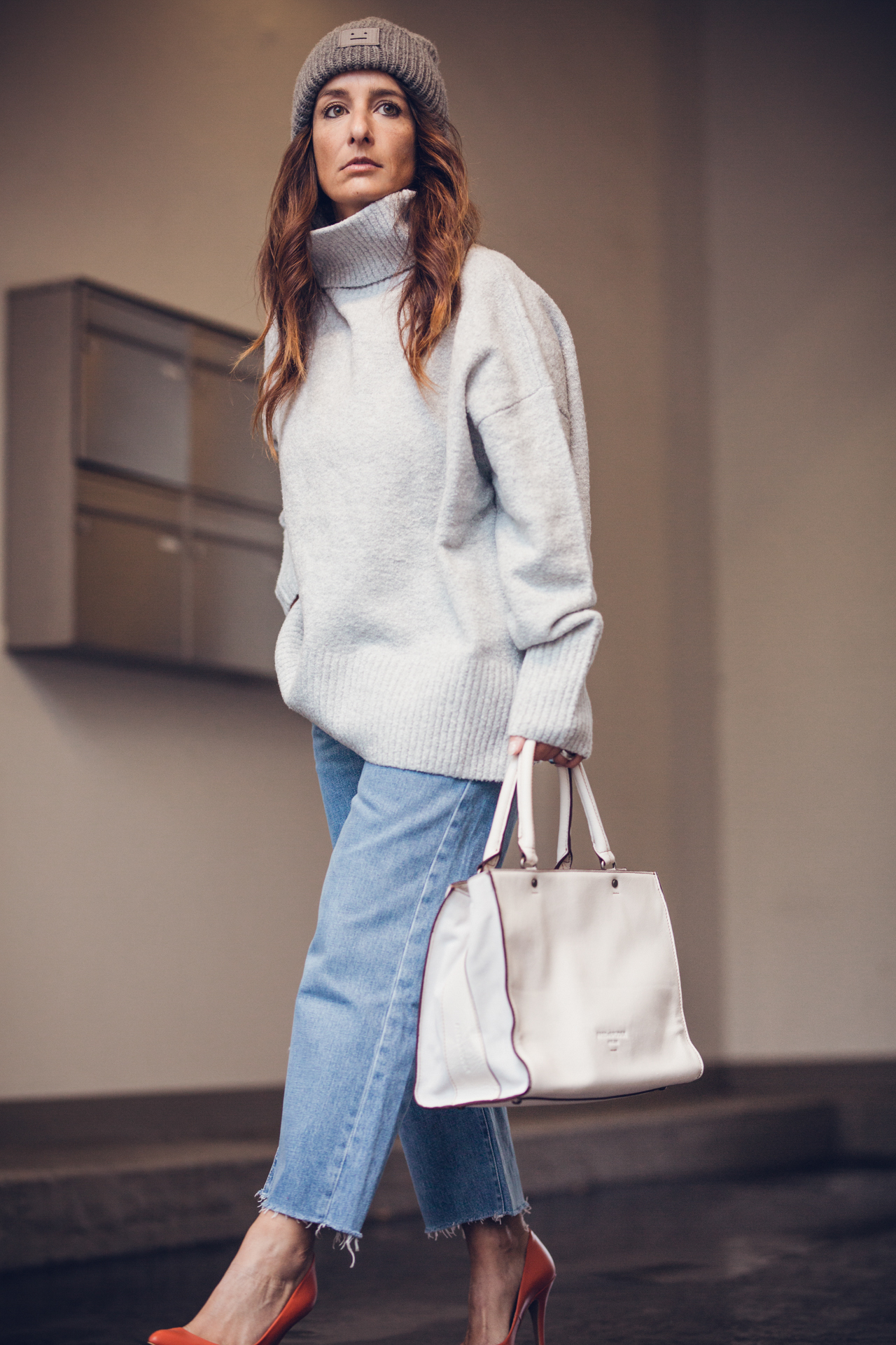OUTFIT | Streetstyle White Bag, Mom Denim Jeans, Frey Knit & Acne Beanie